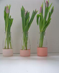 DIY painted spring vases - Hazlo tu mismo: floreros pintados a partir de botellas