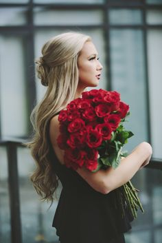 Roses in Her Hair - The City Blonde Flower Girl Photos, Red Rose Bouquet, Estilo Retro, Holiday Hairstyles, Portrait Poses, Girls Dpz, Color Splash, Her Hair, Lady In Red