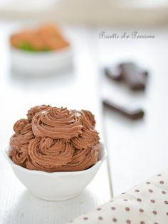 Crema ganache al cioccolato fondente, buona da sola, ottima per farcire e decorare ogni dolce goloso al cioccolato