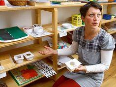 V patře rodinného domku si Marie Fuxová zřídila jakýsi kabinet, což je místnost plná učebních pomůcek. Kupovaných, ale i vlastnoručně vyrobených, jako jsou například tyto otvory na poznávání geometrických tvarů.