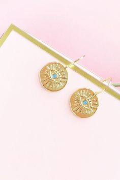Easy DIY Gold Evil Eye Drop Earrings on Maritza Lisa - make these earrings in just 5 minutes! Perfect for everyday wear - click through for the tutorial! Gold Drop Earrings, Diy Earrings, Diy Jewelry Projects, Craft Projects, Craft Ideas, Evil Eye Charm, Eye Drops, Gold Diy, Diy Schmuck