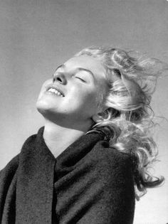 Before she was famous, Marilyn Monroe and her lover, photographer André de Dienes, traveled to Malibu beach where the future blonde bombshell posed for this series of photographs. Marylin Monroe, Joven Marilyn Monroe, Fotos Marilyn Monroe, Young Marilyn Monroe, Marilyn Monroe No Makeup, Image Emotion, Divas, Art Visage, Malibu Beaches