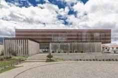 Construido en 2016 en Cuenca, Ecuador. Imagenes por Juan Alberto Andrade , Juan Alberto Andrade + Cuqui Rodriguez . Este proyecto responde a una necesidad funcional de vivienda con espacios sencillos.Un subsuelo de servicios, una primera planta que se muestra...