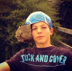 Examples Of The Most Gangsta Sh*t That Has Ever Happened When Louis Tomlinson from One Direction put a soccer ball carcass on his head.When Louis Tomlinson from One Direction put a soccer ball carcass on his head. Fetus One Direction, One Direction Fotos, One Direction Pictures, I Love One Direction, Awkward Pictures, Reaction Pictures, Volleyball Pictures, Volleyball Shirts, Softball Pictures
