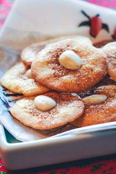 Jødekager er en dejlig julesmåkage med kanel og mandler. Denne opskrift er vores favorit og vi har spist dem, siden vi var små!