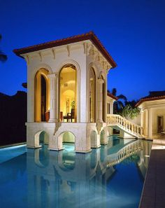 A Residence in Florida with a wonderful Guest House over the Pool.