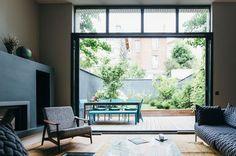 Le salon donne directement sur la terrasse extérieure