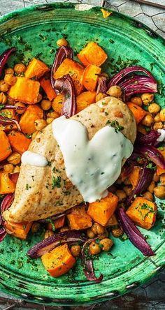 Wir haben Dir die beste Kombination aus Ballaststoffen und proteinreichem Hähnchen gesichert. Und das Beste? Du bereitest alles im Handumdrehen auf nur einem Backblech im Ofen zu und hast so mehr Zeit zum Genießen und Dich-weg-träumen. Lass es Dir schmecken! 30 MInuten // Schnell // Geflügel / /Gesund // Hauptgericht // Abendessen // Dinner //