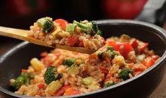 Αρωματικό και ανάλαφρο ριζότο με λαχανικά. Συνδυάζεται με διάφορα πιάτα και δίνει μια πολύχρωμη νότα στο γιορτινό τραπέζι.