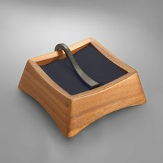 Anvil Napkin Holder (via nambe) Modern Napkin Holders, Wood Napkin Holder, Easy Projects, Wood Projects, Woodworking Projects, Welding Projects, Horseshoe Crafts, Horseshoe Art, Blacksmith Projects