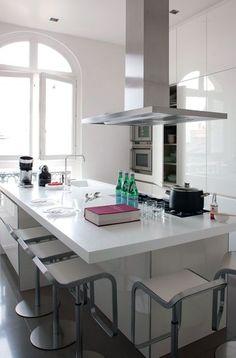 Une cuisine de malouini re dans le style la cornue - Cuisine design rotissoire ...