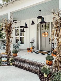 Spooky Porch with Old Time Pottery – hostessjo Gruselige Veranda mit alter Töpferei - Hostessj. Halloween Porch Decorations, Halloween Home Decor, Fall Home Decor, Autumn Home, Fall Halloween, Halloween Recipe, Women Halloween, Outdoor Halloween, Costume Halloween