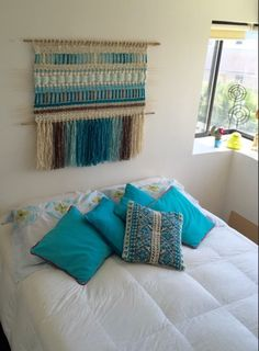 Beautiful idea for home decor. Weaving Loom Diy, Weaving Art, Tapestry Weaving, Weaving Wall Hanging, Weaving Textiles, Macrame Design, Weaving Projects, Weaving Techniques, Interior Design