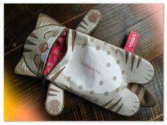 These would be great for Nana's church bizarre Pencil case- i love the use of zippers as mouths! so cute!