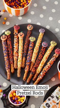 Holiday Desserts, Holiday Treats, Fun Desserts, Halloween Emoji, Halloween Cupcakes, Halloween Party, Candy Recipes, Fall Recipes, Holiday Recipes