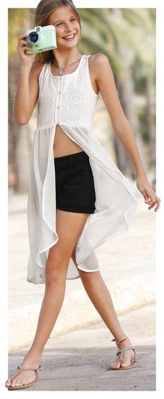 Das neue Lieblingsteil für coole Sommer-Outfits kommt von CFL: Die schmal geschnittenen Jeans-Shorts mit Stretch-Anteil lassen sich bestens mit luftigen Shirts und Blusen kombinieren.