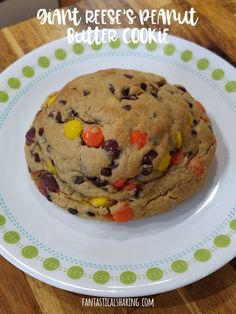 When you're craving cookies but just one, but maybe more than one, make a GIANT cookie just for you! Reeses Peanut Butter, Creamy Peanut Butter, Peanut Butter Cookies, Fun Desserts, Delicious Desserts, Baking Recipes, Cookie Recipes, Sallys Baking Addiction, Unsweetened Chocolate