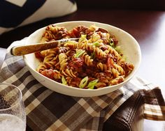 Recipe of the Day: Rachael's Smoky Chili Mac Some comfort foods just go together. Fuel fellow football fans until the final whistle by uniting beef chili and macaroni noodles in one meaty pasta meal that requires just 15 minutes of prep.