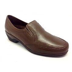 Zapato de la marca Pitillo. Todo fabricado en piel de primera calidad. Ideal para poder llevar con el plantillas ortopédicas. Plantillas extraibles. Es un modelo de mocasín muy clásico, pero que año tras año es uno de los líderes de ventas. Las gomas elásticas en el empeine, dan un ajuste al pie muy cómodo y seguro. La altura de la cuña es la ideal para ir arreglada y a la par ir muy muy cómoda. Piso de poliuretano antideslizante. Colores, negro y marrón. Tallas desde el 35 al 41. ...
