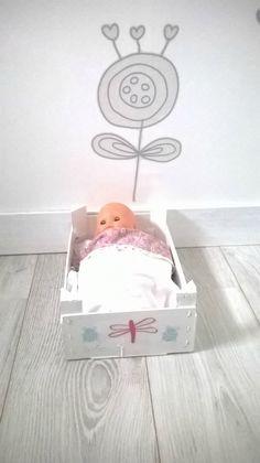 Projet DIY #5 : un lit de poupée en récup' - Les Chouettes Moments de Julie Wood Planter Box, Wood Planters, Diy Lit, Doll Furniture, Baby Sewing, Toddler Activities, Toy Chest, Baby Dolls, Barbie