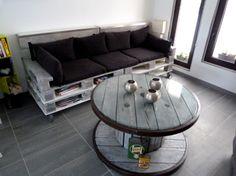 un canapé à partir de palettes, une table basse à partir d'un ancien touret ou bobine de câble électrique. DIY.