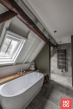 Luxe woonhuis - Hoog ■ Exclusieve woon- en tuin inspiratie. Sloped Ceiling Bathroom, Loft Bathroom, Modern Bathroom, Small Bathroom, Bad Inspiration, Bathroom Inspiration, Garden Inspiration, Attic Bedroom Designs, Loft Room