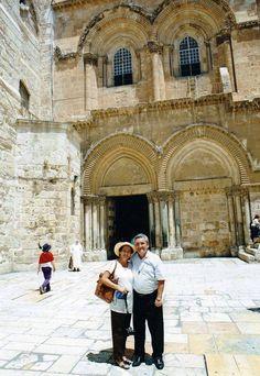 Por la gracia de Dios llevamos muchos años acompañando a los peregrinos a los lugares santos (Santiago y Mónica de Vanegas)