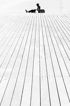Leading lines. Rule of thirds. High Key Photography, Minimalist Photography, Photography Classes, Digital Photography, Black And White Photography, Street Photography, Art Photography, Principles Of Design, Elements Of Design