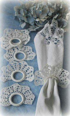 IDEAS DE ANILLOS PARA SERVILLETAS – DIY by artesydisenos.blogspot.com Thread Crochet, Filet Crochet, Crochet Stitches, Crochet Doilies, Crochet Flowers, Crochet Motif, Knit Crochet, Crochet Patterns, Crochet Gifts