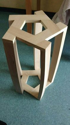 Tabouret avec pieds cintrés et assemblages en mi bois pour l'assise et dominos pour les pieds