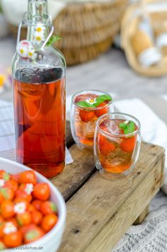 Erdbeerlimonade mit Basilikum, Drink Rezept, Getränk mit Erdbeeren, Picknick Rezepte, Ein Tag im Grünen Rezepte