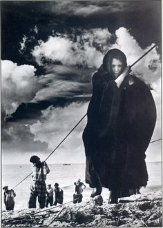 Eduardo Gageiro, Woman from Nazare, Portugal, Photography Exhibition, Street Photography, Monochrome Photography, Great Photos, Old Photos, History Of Portugal, Willy Ronis, Robert Doisneau, Famous Photographers