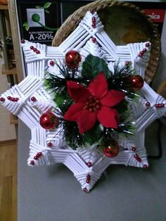 Recycled Paper Crafts, Toilet Paper Crafts, Rope Crafts, Newspaper Crafts, Diy And Crafts, Christmas Projects, Christmas Art, Handmade Christmas, Christmas Wreaths