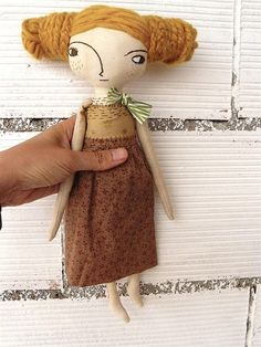 This doll is made of cotton canvas dyed with coffee. Wool hair hand sewn. Both the wool of the hair, as the body and the clothes have been dyed with coffee. She is a discreet, shy and very sensitive woman. The face is embroidered by hand. She is perfect to decorate any corner and