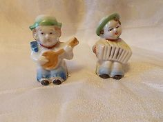 Vintage-Made-in-Japan-Marked-Small-Band-Salt-and-Pepper-shakers