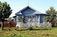 Ik loop door een straat met lichtblauw geverfde houten huizen.