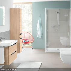 Klare und kühle Pastellfarben vermitteln ein Gefühl von Reinheit: Das Badezimmer in Hellblau mit den grauen Fliesen wirkt durch die schlichte Farbwahl sauber und …
