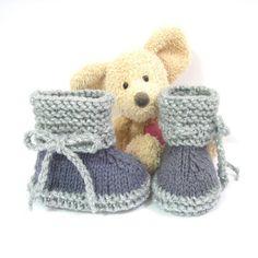Chaussons bébé tricotés en gris foncé pour le pied et gris clair scintillant pour la cheville. Un petit lien crocheté permet de bien tenir les chaussons aux pieds des bébés. - 19812986
