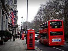 Transportation from Heathrow to London Hotel Door to door Private van service between Heathrow Airport and Central London hotels. Study In London, Living In London, London Eye, London Street, Bus Stop Advertising, Big Ben, Trafalgar Square, Boutique Accessoires, Look Alike