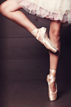 There's something just so beautiful, feminine and captivating about en pointe ballet.