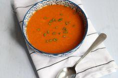 Na een beetje denken kwamen we op het idee om zoete aardappelsoep met paprika te maken. Lekker, simpel en snel te bereiden!
