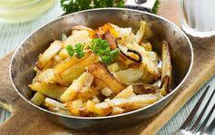 Leikkaa kuoritut perunat ja bataatti lohkoiksi. Keitä niitä suolalla maustetussa vedessä 5 minuuttia. Se tekee niistä rapeita. Paloittele kurpitsa ja leikkaa palsternakat pitkittäin neljään osaan. Levitä perunat, bataatti, kurpitsa ja palsternakat uunivuokaan. Valuta päälle öljy ja ripottele pinnalle timjamia, suolaa ja mustapippuria. Sekoita ja paahda 200-asteisessa uunissa noin 40 minuuttia tai kunnes juurekset ovat pehmeitä …
