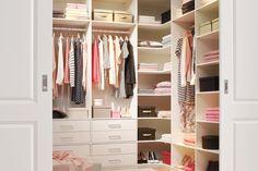 Walk-in-closet är förvaringsdrömmen för många. En stilfull och rymlig förvaring för plagg, skor och accessoarer. Ta vara på möjligheten att förverkliga din dröm med vår måttbeställda inredning Style. vit bas Måttbeställd garderobsinredning
