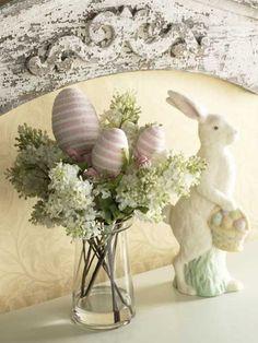Florales Oster-Arrangement auf dem Tisch #Ostern #Wohnidee #Dekoration