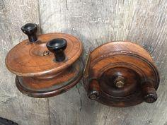 Deux moulinets de pêche à la mouche en bois. Kahn-Dumousset - 07/05