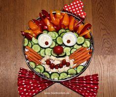 Eine Idee Rohkost zu dekorieren: Der ROHKOST CLOWN. Das schmeckt Kindern und Vegetariern! Passt für einen Kindergeburtstag wie für eine Karnevalsparty. Einfaches Rezept gegen Langeweile auf dem Partybuffet. Schnell gemacht. Den Dip habe ich im Thermomix gemacht. Great veggie plater idea!