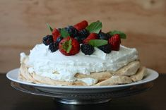 Aussie Pavlova: a Gluten & Dairy-Free Recipe - Pixie's Pocket Anna Pavlova, Negative Calorie Soup Recipe, Dairy Free Recipes, Gourmet Recipes, New Zealand Food And Drink, Online Cake Delivery, Low Calorie Desserts, Vegan Cake, Fun Cooking