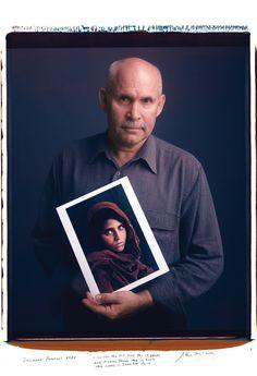 1984年にパキスタンのペシャワールで撮影した少女の写真を持つスティーブ・マッカリー。