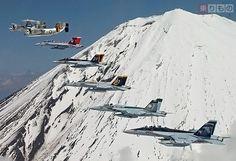 富士山をバックに飛ぶ米海軍第5空母航空団の艦載機。先頭からE-2C、C-2A、F/A-18F、F/A-18E(以下2機同じ)、EA-18G(写真出典:アメリカ海軍)。