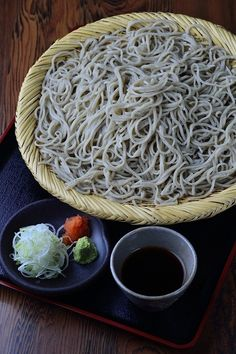 Cold soba noodle with dipping sauce, Japan Japanese Food Sushi, Japanese Dishes, Japanese Soba Noodles, Bento, My Favorite Food, Favorite Recipes, Pasta, Snack, International Recipes